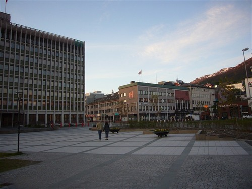 午前0時のナルヴィク市役所(左側の建物)