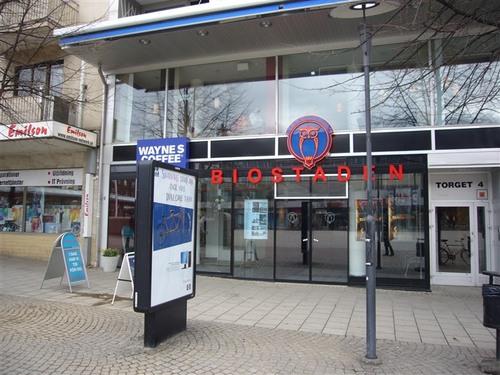 街の広場にある映画館とカフェ