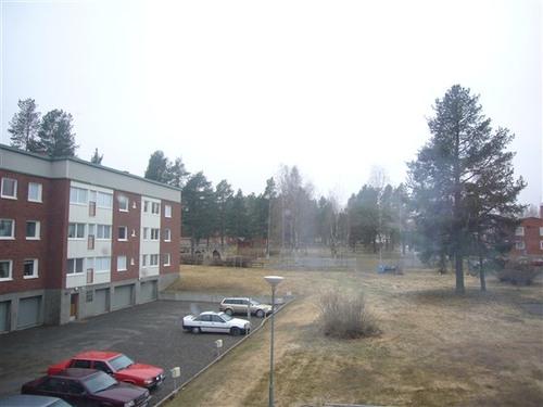 アパートの窓から見える風景